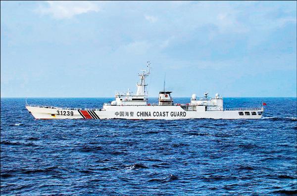 日本海上保安廳去年十二月廿二日發布的照片顯示,一艘中國海警船出現在釣魚台海域附近。(法新社檔案照)