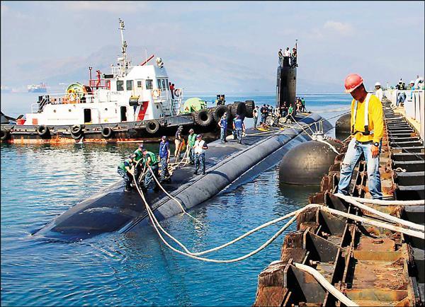 菲律賓最高法院十二日判決,菲美《強化國防合作協議》(EDCA)合憲,意味其法律障礙已經排除,即日起即可生效。為反制中國在南海擴張,EDCA允許美方安排更多官兵到菲輪駐、共用菲國軍事基地、興建或放置軍事設施、軍機與軍艦。圖為美軍洛杉磯級核動力攻擊潛艦「托皮卡號」(USS Topeka)十二日停泊在蘇比克港。(歐新社)