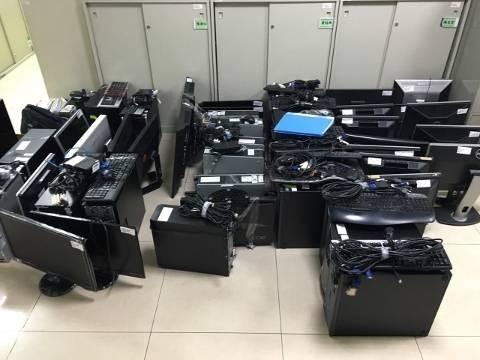 警方查扣大批電腦贓證物。(記者劉慶侯翻攝)
