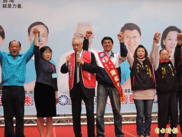 副總統吳敦義(左三)到台南為第三選區立委候選人謝龍介(右三)打氣、拉抬氣勢。(記者王俊忠攝)
