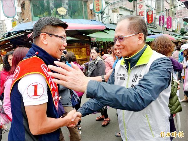 新北市第二選區立法委員國民黨候選人陳明義和游錫堃握手致意。(記者李雅雯攝)
