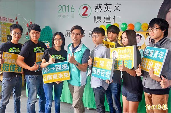 黃國昌、林昶佐跨黨錄製影片挺鍾佳濱,並呼籲年輕世代返鄉投票。(記者葉永騫攝)