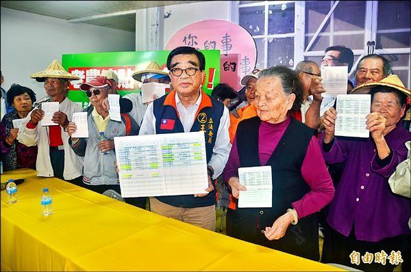屏東市、萬丹鄉農民拿著存摺證明領到老農津貼,聲援王進士。(記者葉永騫攝)
