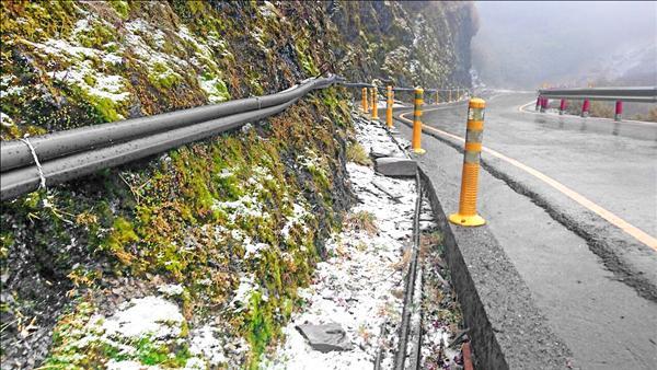 水氣加低溫,合歡山昨天清晨再度飄雪,武嶺至合歡山莊部分道路、山壁積雪。(圖:仁愛分局提供)