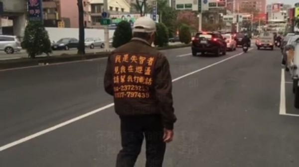 網友遇到失智老人在街上遊蕩,幫助老人回家後,感概發文並製作影片上傳網路。(圖擷取自影片)