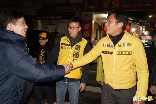 剛退伍的林飛帆(中)14日晚間到汐止,陪黃國昌徒步掃街,受到民眾歡迎。(記者俞肇福攝)