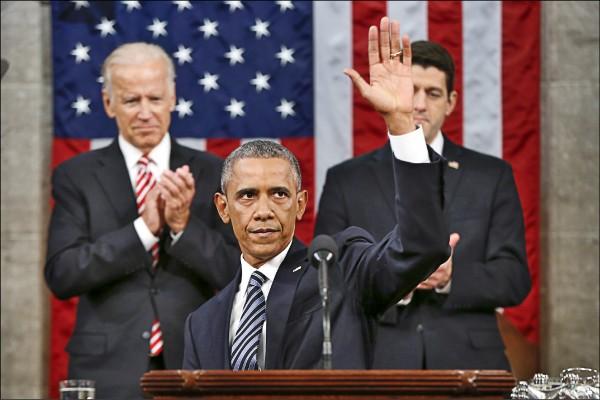 美國總統歐巴馬(中)十二日在國會發表任內最後一次國情咨文,副總統拜登(左)與眾議院議長萊恩(右)在結束後起立鼓掌。 (彭博)