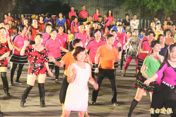 著作權法翻修後,若是認定「經常性活動」,像是銀髮族社團每天在公園跳舞播放音樂,須法定授權支付使用報酬。(資料照,記者林孟婷攝)