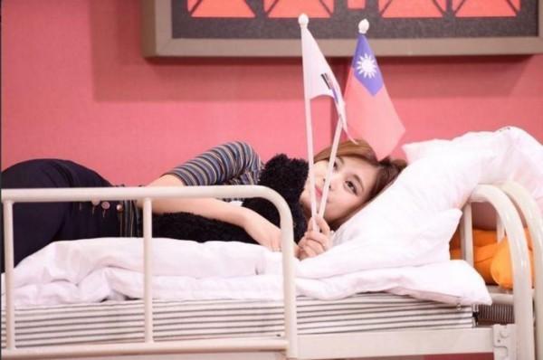 針對南韓女團TWICE藝人周子瑜因在MV與節目中手持中華民國國旗,被藝人黃安舉報是台獨份子。(圖擷取自網路)