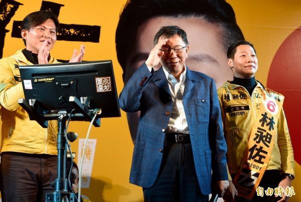 台北市長柯文哲(中)14日出席時代力量立委候選人林昶佐(右)造勢晚會。(記者羅沛德攝)