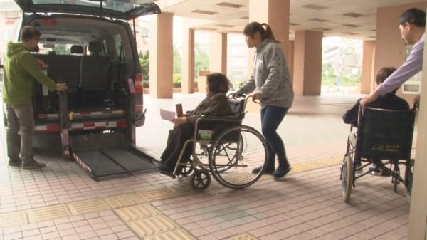 伊甸基金會將透過復康巴士,載送服務的身障人士前往投票。(設計畫面,伊甸基金會提供)