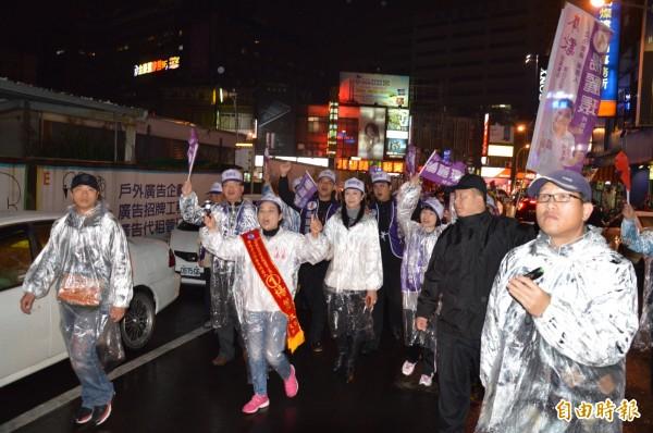 選前之夜,楊麗環冒雨徒步拜票。(記者謝武雄攝)