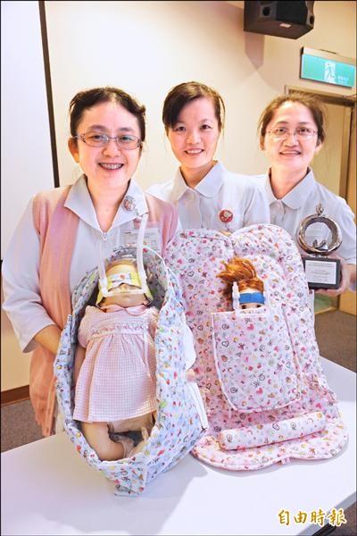中榮新生兒發展性照護團隊發明早產兒照護輔具土地公帽、鳥巢臥具、蝙蝠俠眼罩、袋鼠衣,獲國家品質銀獎。(記者蔡淑媛攝)