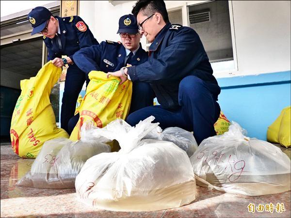 金門岸巡總隊查獲自中國走私的一百萬尾蝦苗,用塑膠袋分裝。(記者吳正庭攝)