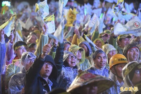 支持者穿著雨衣,冒雨力挺蔡英文。(記者劉信德攝)
