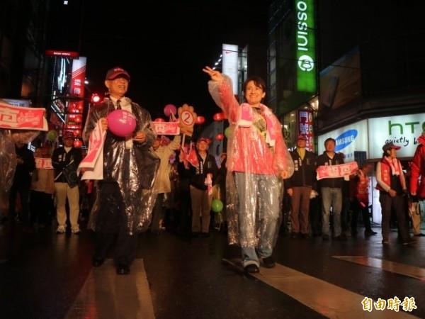 蕭美琴80高齡的父親蕭清芬,陪同女兒率領萬名支持者冒雨在花蓮街頭遊行造勢。(記者王錦義攝)