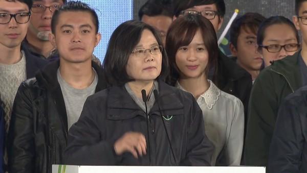 蔡英文(中)在選前之夜向民眾喊話,後面的少女卻將部份觀眾目光吸走。(圖擷取自YouTube)
