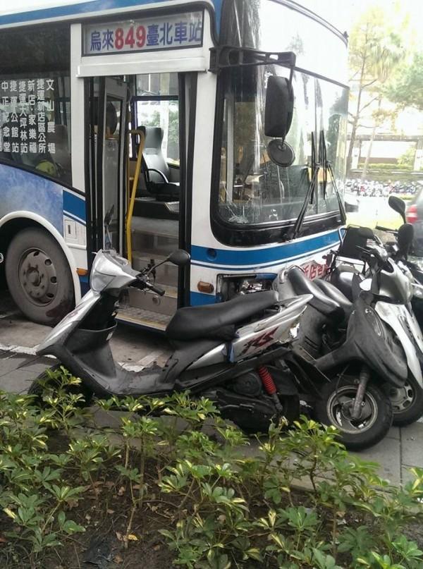 公車撞到路旁停放的機車。(照片翻攝自爆料公社)