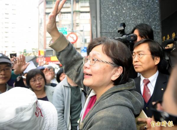 因貪污案遭判8年定讞的前交通部長郭瑤琪103年時發監執行,法部證實她因癌症保外就醫,圖為103年入監時與支持者揮手道別的畫面。(資料照,記者羅沛德攝)