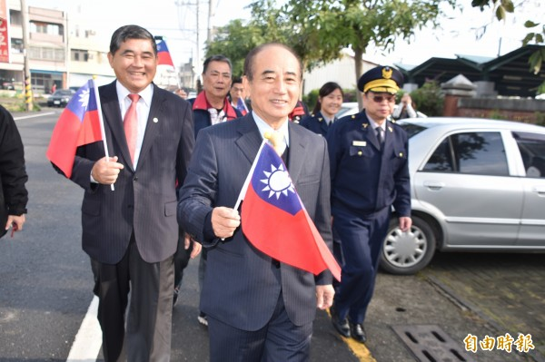 立法院長王金平上午手持小國旗,前往一甲國中活動中心投開票所投票。(記者蘇福男攝)