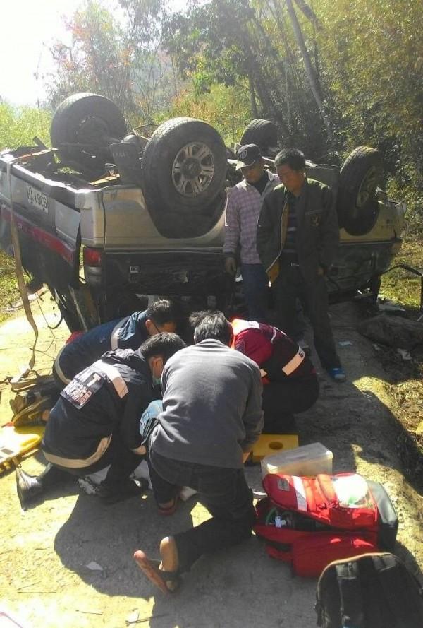 新竹縣五峰鄉產業道路今天中午發生廂型車翻覆意外,消防隊員趕到現場搶救傷患。(記者蔡孟尚翻攝)