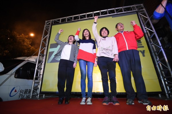 時代力量候選人洪慈庸宣佈當選,與台中市長夫人廖婉如及爸爸媽媽一同向選民鞠躬致意!(記者廖耀東攝)