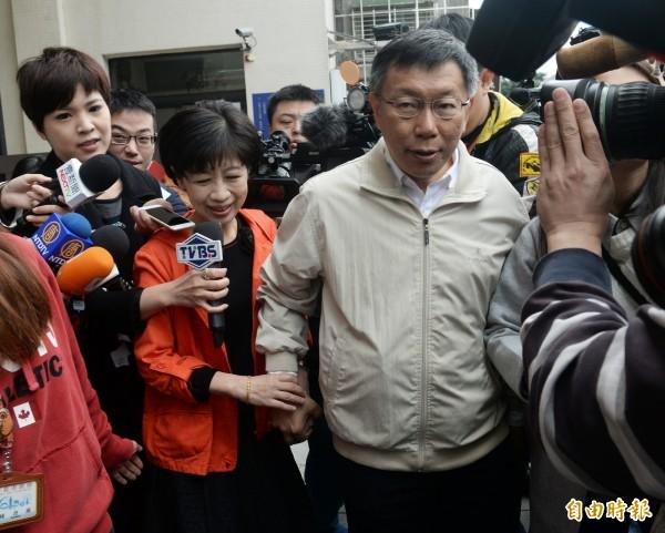 台北市長柯文哲和夫人一早一起到金甌女中投票。(記者林正坤攝)