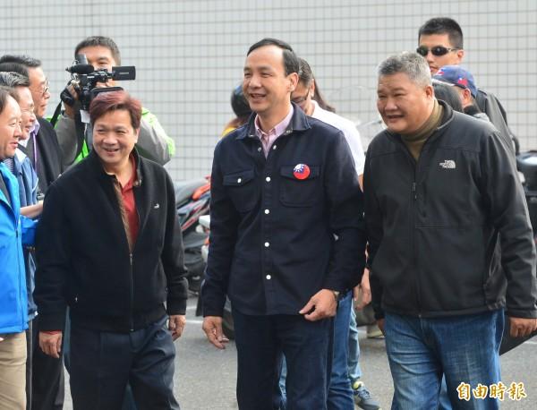國民黨總統候選人朱立倫到三重區五華國小投票。(記者王藝菘攝)