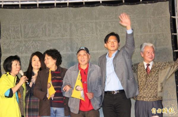黃國昌(右二)和父母、妻子一起上台接受民眾祝賀。(記者林欣漢攝)