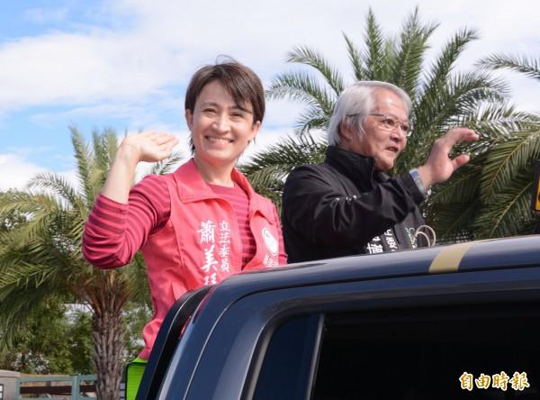 花蓮區域立委當選人蕭美琴,在競選總部主委盧博基陪同下,帶著感恩心掃街謝票。(記者游太郎攝)