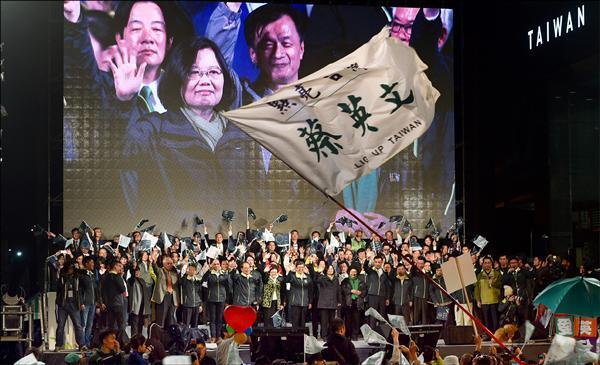 民進黨主席蔡英文昨當選成為台灣首位女性總統,上萬名支持者齊聚蔡英文全國競選總部外,現場瀰漫著歡欣鼓舞的氣氛;加上民進黨立委選舉開出紅盤,當蔡英文開完國際記者會,以總統當選人之姿現身演說時,「蔡總統!」「總統好!」的歡呼聲響徹雲霄,氣氛「High」到最高點。(圖:記者羅沛德,文:記者涂鉅旻、蕭婷方)