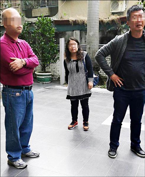 「監票者聯盟」二女一男昨到鳳山區正義高中監票,坐在投票所門外五公尺,引發爭議。(記者陳文嬋翻攝)