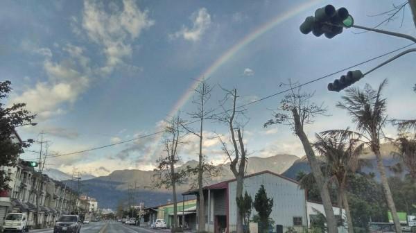 蕭美琴在臉書分享:「哇,今天花蓮的天空真的出現彩虹了!」(圖片擷取自蕭美琴臉書)