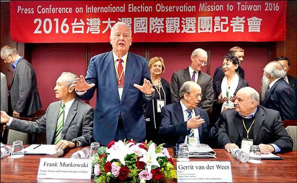由前美國參議員穆考斯基(左二)擔任團長的「2016台灣大選國際觀選團」,昨日召開記者會說明觀選成果,穆考斯基也與總統當選人蔡英文進行午餐會。(記者張嘉明攝)