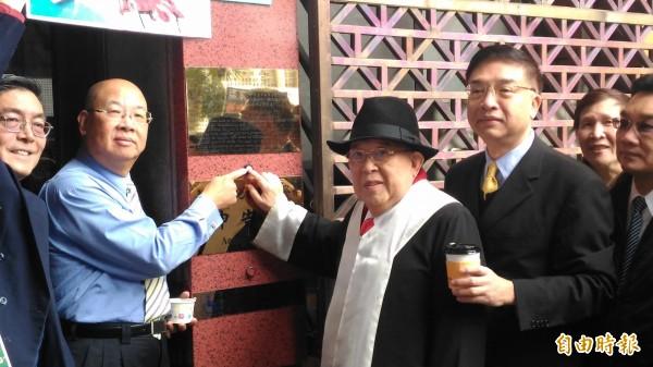 律師王可富(左3)等人,今早到台北地檢署按鈴告發,指控黃安涉強制罪。(記者錢利忠攝)