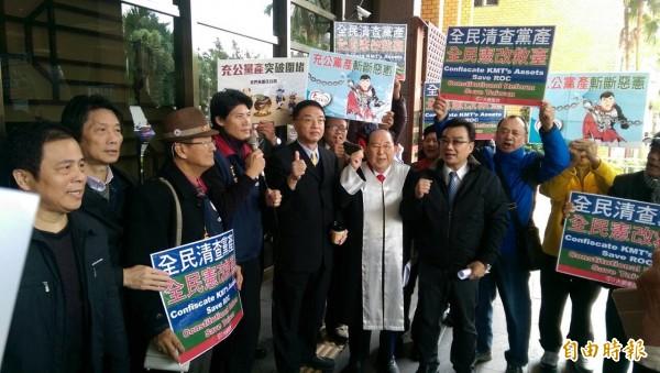 王可富律師至北檢控告馬英九、朱立倫、林德瑞涉嫌侵占黨產。(記者謝君臨攝)