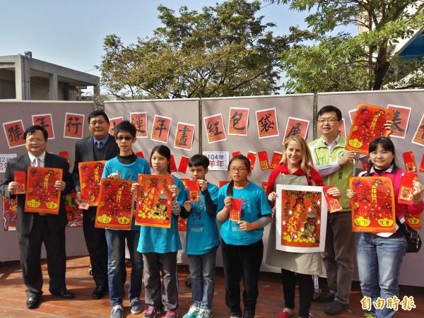 新進國小發表文創年畫、紅包袋,祝大家新年好運到。(記者王涵平攝)