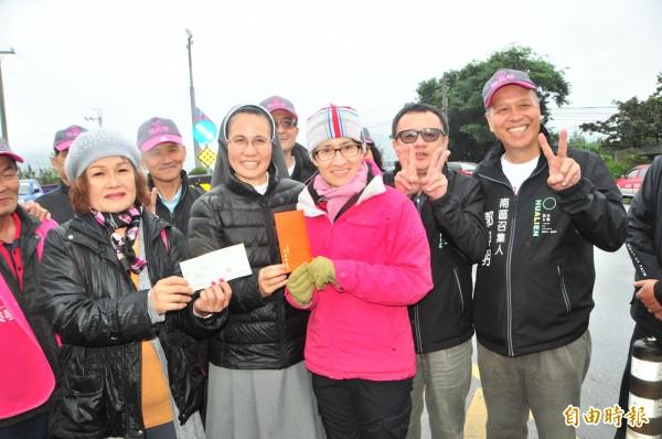 賴坤成(右二)、蕭美琴(右三)把募款13.8萬元捐給玉里安德啟智中心,由修女(右四)代表接受。(記者花孟璟攝)