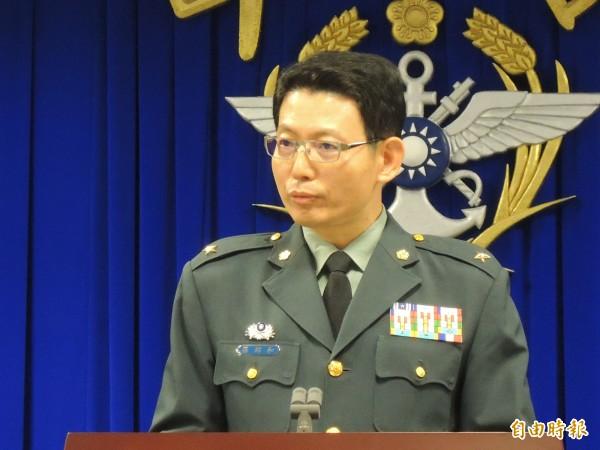 國防部發言人羅紹和恭喜洪慈庸當選立委。(記者羅添斌攝)