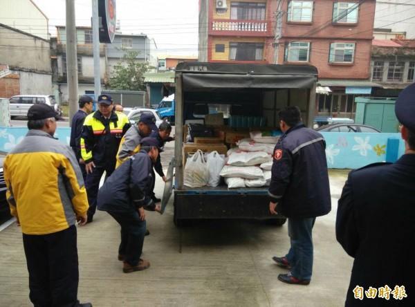新竹縣新埔警分局東安派出所今天送暖物資用小貨車才載得動。(記者黃美珠攝)