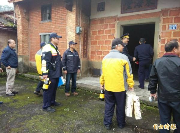 新埔警分局東安派出所送暖給轄內弱勢家庭或獨居老人。(記者黃美珠攝)