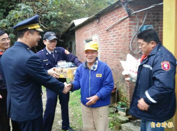 新埔警分局長陳俊明(前左)、東安派出所所長鄭永彬(面對鏡頭左)今天下午結合地方善心人士一起送暖給弱勢。(記者黃美珠攝)