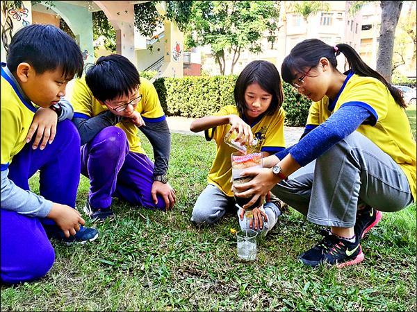 台南大學附小學生利用學期末課程發揮創意,自製家庭污水過濾器。(記者王俊忠攝)