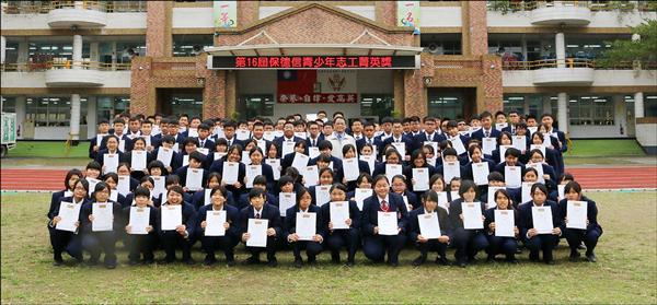 高英工商學生愛心不落人後,今年共有256人獲台灣區第16屆「保德信青少年志工菁英獎」。(記者洪臣宏攝)