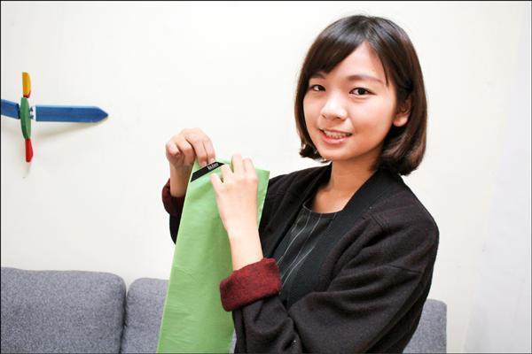 周彩葳從生活中得到靈感,在袋口上做個簡單的缺口設計,改善市面上垃圾袋難打開的缺點。(記者陳祐誠翻攝)