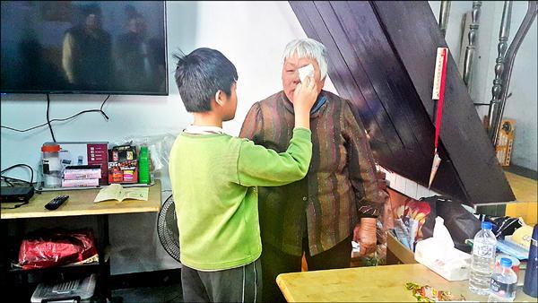 奶奶單眼失明,小俊貼心幫忙照顧。(記者鄭旭凱攝)