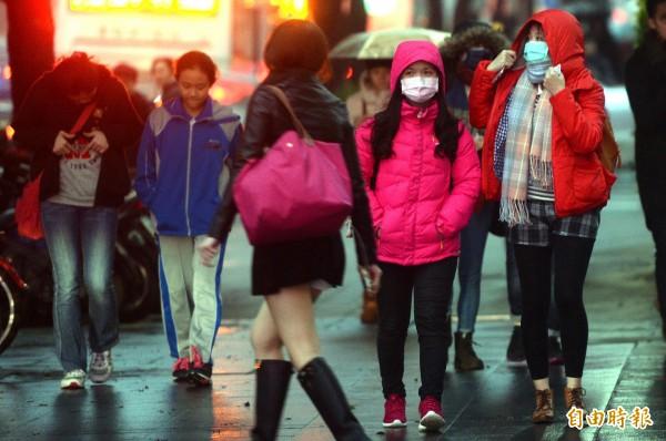 入冬首波寒流23日報到,全台急凍,北部低溫可能下探5度,寒流帶來髒空氣,民眾宜多加留意。(記者林正堃攝)