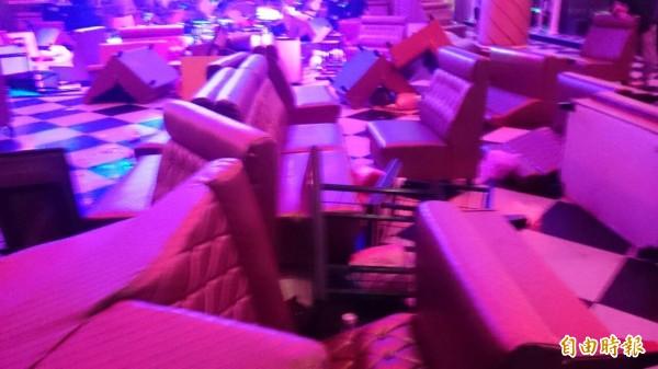 舞廳桌椅、玻璃被砸毀,不過現場只有一人坦承,全都是他幹的,令警方懷疑。(記者王捷攝)