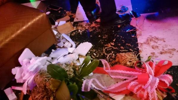 開幕的花盆也被砸毀,令舞廳小姐花容失色。(記者王捷攝)