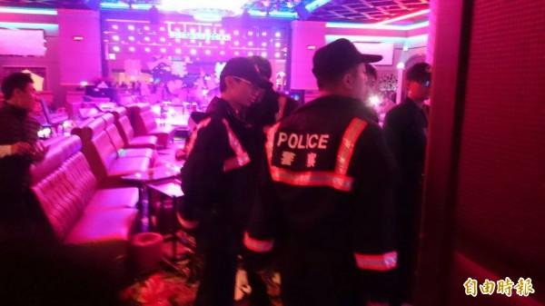 警方獲報後立即以優勢警力到場,不過當時已經店已被砸。(記者王捷攝)